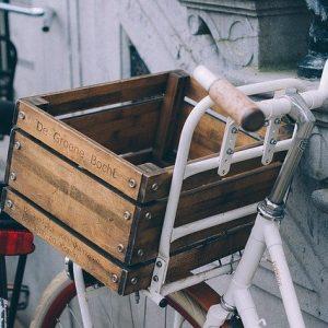 10 buone abitudini da adottare verso una società ecosostenibile. Una bicicletta ecologica per fare la spesa, per far capire alla persone l'importanza di tornare alle origini.