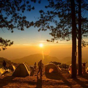Gli Eco camping, Vacanze a impatto zero. Persone che campeggiano dormendo in tenda