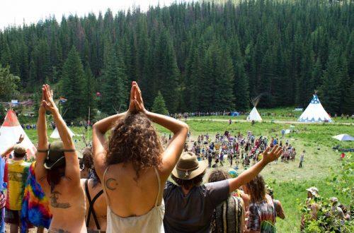 RAINBOW FAMILY, I NUOVI INDIANI D'AMERICA. Nella foto si vede molte persone che sono unite. Festeggiano e danzano in onore della pace e della Natura