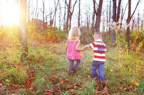 I bambini hanno bisogno di più natura. Più natura e meno tecnologia. ella foto due bambini che giocano in un bosco, liberi e felici