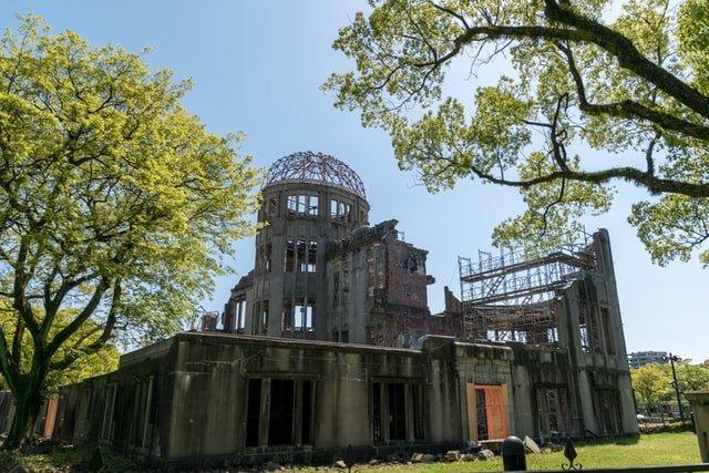 Edificio sopravvissuto alla bomba di Hiroshima diventato memoriale della pace con alberi attorno