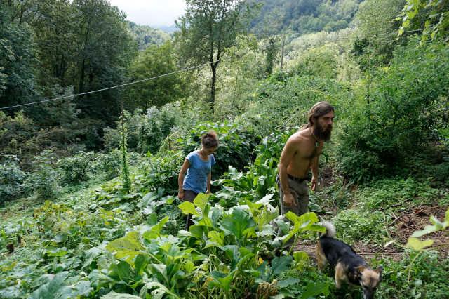 Nicola e Laura nel proprio orto