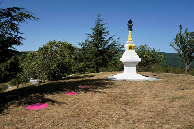 Stupa bianco a Merigar in toscana nella maremma