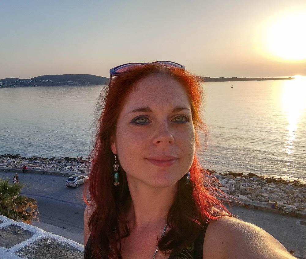 Una foto di Erika al tramonto con dietro il mare