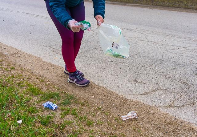 Ragazza che raccoglie rifiuti