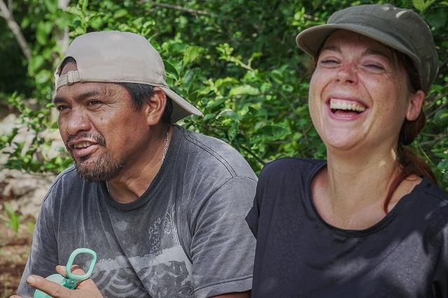 Ecoturismo nei villaggi maya in Messico, una ragazza ride seduta affianco di un signore messicano nel villaggio di Nuevo durango