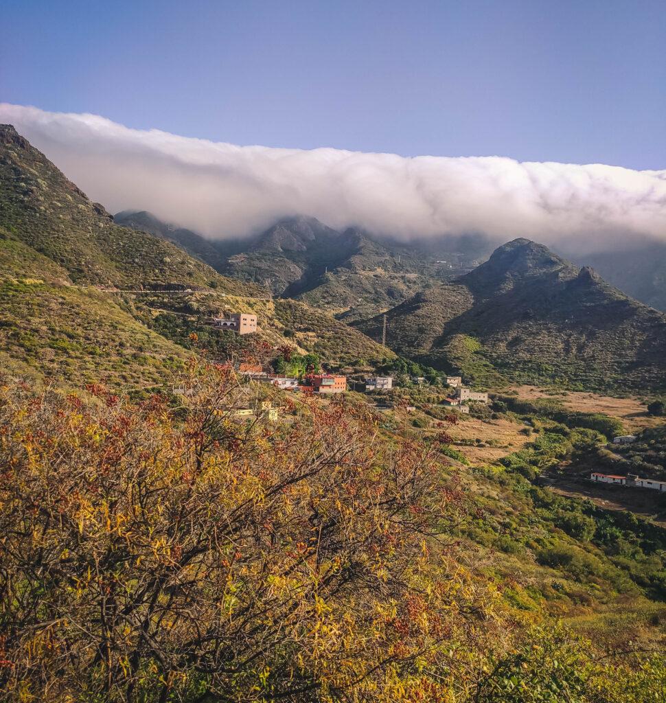 Paesaggio con mare di nubi sulle montagna del Parco di Anaga l'anima verde di Tenerife