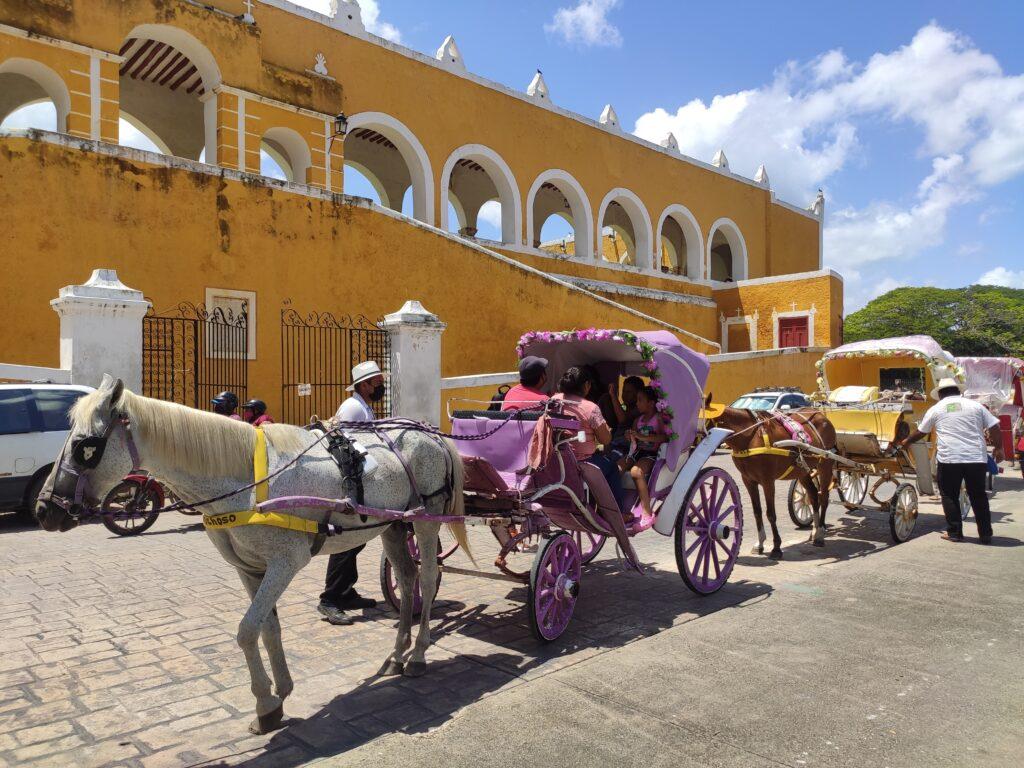 Calessi trainati dai cavalli a Izamal in Messico cattiva abitudine del turista di massa
